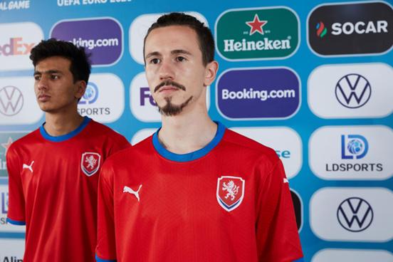 头球+史诗级吊射,捷克小将成为本届欧洲杯耀眼的新星
